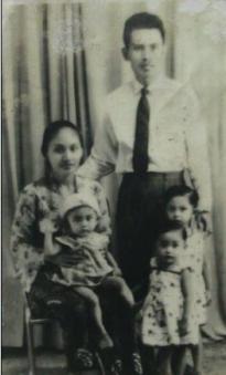 Bude Juani, mbak eni(digendong), mbak wiwik (depan), mbak Nunik dan Pakde